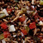 salade de lentilles vertes dans plat