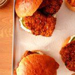 hamburger au poulet sur plateau