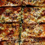 börek aux épinards dans plat