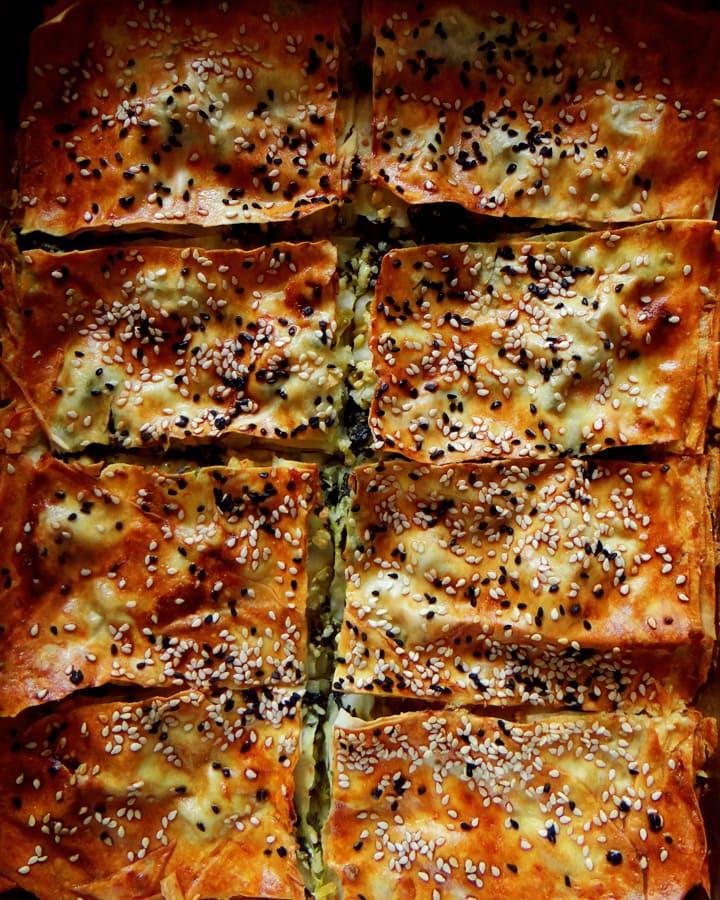 börek aux épinards dans moule
