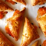 chaussons aux abricots sur papier cuisson