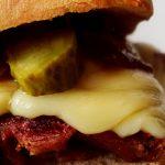sandwich au corned beef sur planche