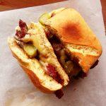 sandwich au corned beef en deux