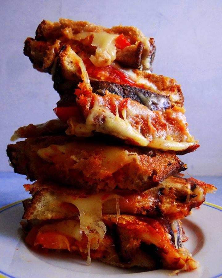 toast au fromage sur assiette