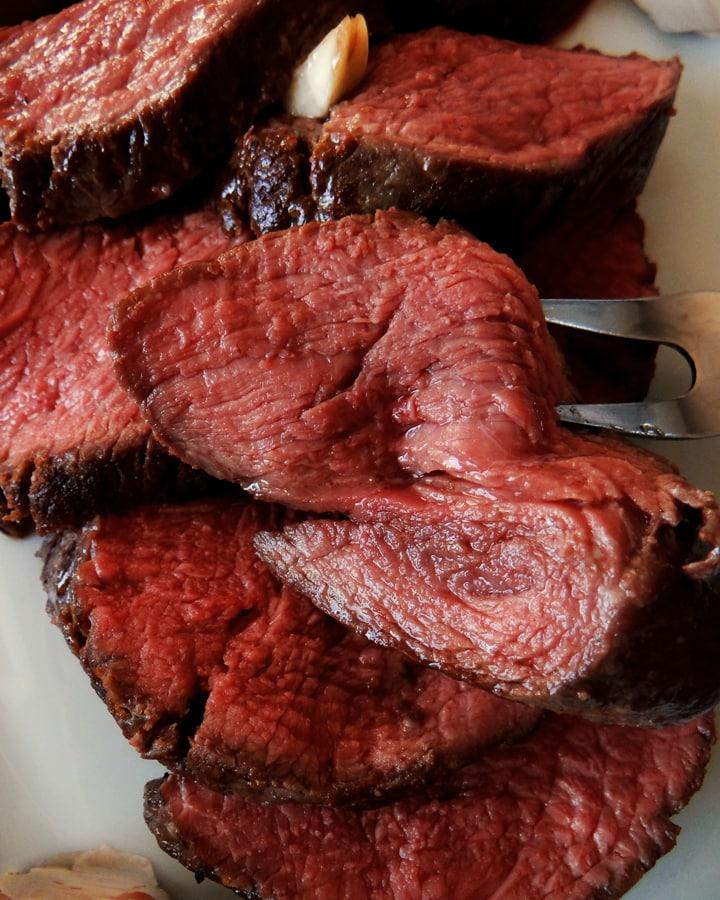 rôti de bœuf saignant sur fourchette