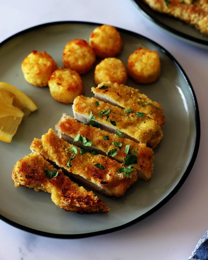 côtes de porc panées sur assiette