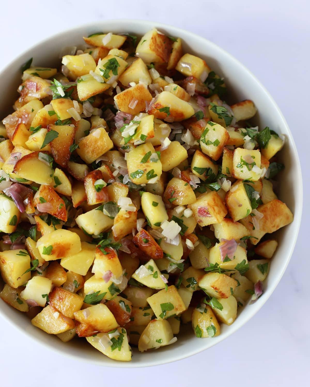 pommes de terre rissolées dans une assiette