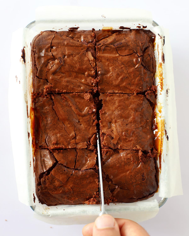 couteau coupant brownie chocolat caramel